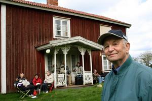Igår var det musik och tipspromenad vid Karl-Yngve Sjökvists föräldrahem i Kopparberg, utanför Närkesberg. Här bodde Karl-Yngve Sjökvists farfars far en gång i tiden. Då var det stora fester på Kopparbergsäng. BILD: TOVE SVENSSON