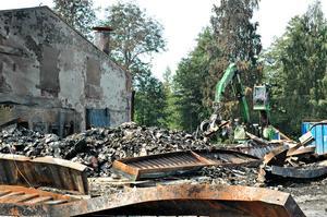 Skrotcentralen i Uppsala tar reda på metallskrot från branden som kan återvinnas. Under tre dagar beräknas arbetet pågå.