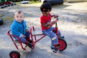 På nya äventyr. Darius och David gillar att cykla.