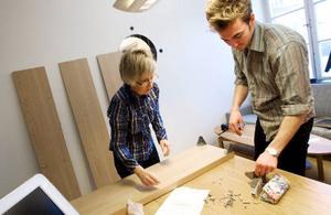 """Kulturredaktör Åsa Eriksson Ahnfelt och ledarskribent Kalle Olsson fortsätter att dela kontor och fick kämpa lite med att montera ihop sin bokhylla. Som tur var hade Åsa sparat ritningen på hur allt ska vara.""""Det här blir bra... när allt är på plats. Vi har samma saker och möbler som vi hade på Prästgatan så det känns gammalt och vant"""", säger Åsa Eriksson Ahnfelt. Foto: Håkan Luthman"""