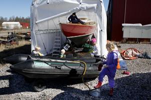 Syskonen Ludvig, Oskar och Hanna Ulfhielm får hjälp av Maja Liljeby.