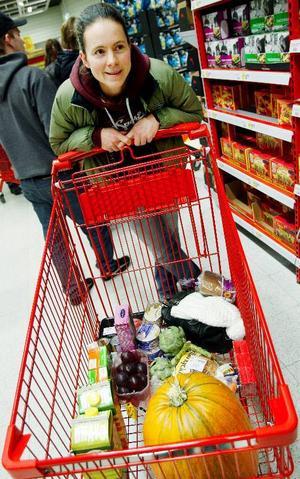 """Ingela Andersson, från Ås gör dottern till viljes och köper en pumpa. """"Klart att jag ska göra en figur!"""", säger hon. """"Men det känns som att halloween inte är så stort längre"""".Foto: Henrik Flygare"""