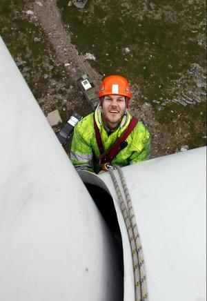 Mattias Lindvert Söderin har firat sig över kanten och ner på den första vingen som ska tvättas, 45 meter över marken.