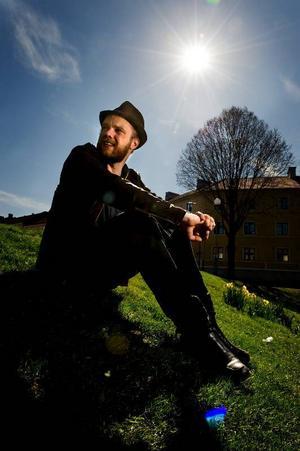 """Olof Wretling är en mångsysslare inom humorn. Mest känd från humorkollektivet Klungan och radioprogrammet """"Mammas nya kille"""". Foto: Adam Ihse/Scanpix"""