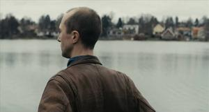 Vad hände? Olle Sarri rör sig i en psykologisk dimma i en grå och disig förortsstad. Men