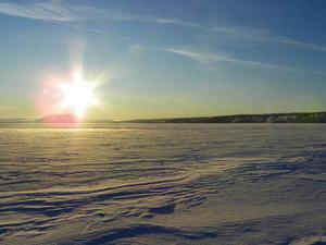 Vy från isen, mitt emellan Kövra och Myssjö, mot Hoverberget. Foto: Maria Gärdvall