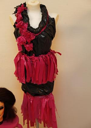 Ronja Stenbergs klänning består av sopsäckar dekorerade med hundbajspåsar.