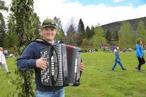 Unge dragspelaren Måns Hellström från Hede stod vid midsommarstången och såg till att det dansades i takt.