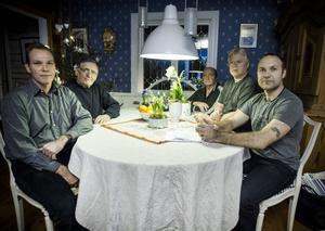 Mikael Olsson, Börje Thimper, Ragnar Wall, Lasse Lundblad och Fredric Berg har tröttnat på de upprepade strömavbrotten och kräver att Fortum vidtar åtgärder och gräver ner kabeln.