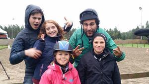 Här är Ingemar Hammarström och Isabel Hafström tillsammans med tre av deltagarna i Stjärnornas hoppning, Oscar Zia, Happy Jankell och Behrang Miri.