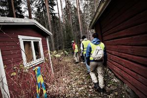 Först sökte gruppen igenom alla byggnader kring orienteringsstugan i Hemlingby.Sedan startade skallgången.