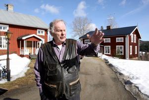 Här på gården i Ås trivs Thorbjörn Fälldin som bäst. På påskdagen den 24 april fyller han 85 år.