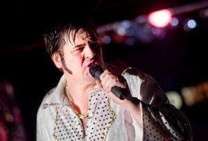 Mannen som tjänar mest pengar efter sin död, Elvis Presley, fick naturligtvis ett uppskattat medley där inlevelsen och höftrycken får svetten att smeta ut de ditmålade polisongerna.
