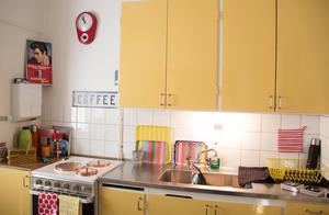 Köket lyser klargult och har mer 60-talskänsla än övriga delar av lokalen.