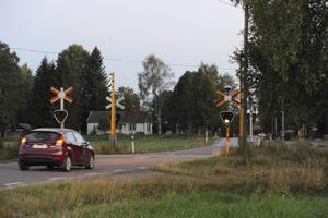 Järnvägsövergången i Duvnäs, Hulån, där E16 tidigare gick. Här har två plus ett-väg byggts och hastighetsbegränsningen höjts.