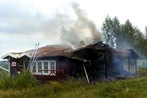 Brand. Polisen misstänker att onsdagens brand i Nybrobackens serveringsbyggnad orsakades av grillning. Foto:JOHANLARSSON