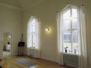 De stora fönstren släpper in generöst med solljus.
