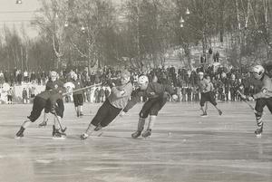 SM-semifinal på Faxevallen 1969. Dallas rör om i Örebroförsvaret.