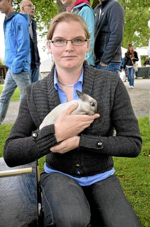 Utställare. Örebro läns kaninavelsförening arrangerade i går en kaninutställning på Sannerudsmarken. Sandra Tengelin visar här en hermelin.