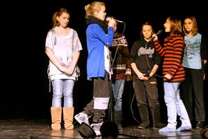 """Saga Sander och Natalie Östlund sjunger """"You´ve got a friend"""" tillsammans med några av de andra tjejerna i årskurs 6."""