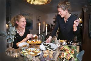 Kockarna Anna Linder och Sofia Johansson har komponerat plockmat med traditionella julsmaker i ny förpackning – perfekt till glöggpartyt. Samtliga recept finns i separat artikel.