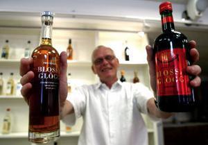 Fabrikschefen Lars-Åke Sundin vid Vin & Sprit i Sundsvall visar upp romglögg och vinglögg, de två produkter som nu ska säljas på Ikea-varuhusen i en rad europeiska länder. Kanske öppnar sig en ny marknad om det kryddade varma vinet faller fler nationaliteter på läppen.
