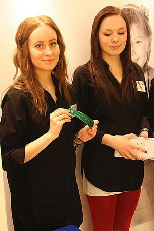 Angelica Svenns och Slin Fihlén visar upp ett skohorn för barn. De driver tillsammans med Lillback och Amanda Olsson UF-företaget Tiny Feet.
