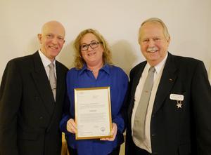 Helene Tungel Gundhe från Siljansnäs Sockenförening flankerad av Odd Fellows övermästare Per Daniels, till vänster, och Holger Nilsson, initiativtagare till insamlingen och stödet till Siljansnäsmodellen.