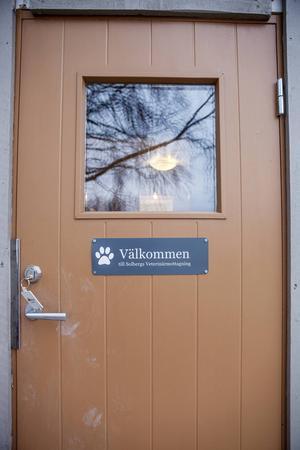 Caroline har sin mottagning på sin gård hemma i Solberg några mil utanför Hammerdal.