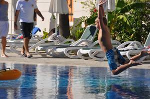 Dennis leker vid poolen en skön Oktoberdag i Turkiet.