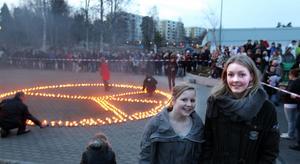 Linn Nielsen och Emma Larson tycker att det var ett bra beslut att ställa in simträningen så att klubbens ungdomar kunde vara med på manifestationen istället.