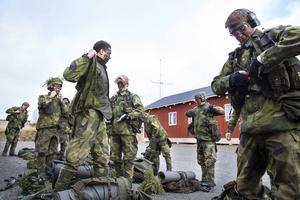 Efter en kort lunchpaus fortsätter övningen på skjutbanan. All utrustning ska åter tas på.