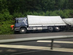 Lastbilen på E18 körde av vägen och hamnade i diket.