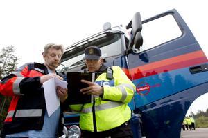 Kollades. Jari Jalonen från Värnamo fick sin last genomsökt. Här med trafikpolisen Lars Österberg.