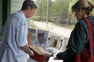 Eva Sollander visar skrotfynd för Lena-Maria Stigsdotter.