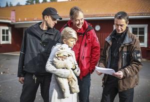 Jan-Ove Olsson, idrottslärare, och föräldrarna Maide Nordborg, Hans Eriksson och Per-Åke Persson läste med stort intresse pressmeddelandet som de styrande i barn- och utbildningsnämnden skickade ut på tisdagsmorgonen.
