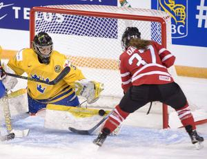 Kanadas Tara Watchor stoppas av Minatsu Murase i matchen som Sverige förlorade med 0–9.