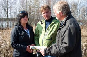Helen Hedin och Rolf Alenius från Dvärsätt blev visade en sjönära tomt av golfklubbschefen Christer Norling från Aspåsböle.