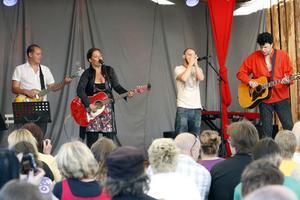 Johan Johansson (till höger) fick sällskap efter att han spelat själv ett par låtar av bland annat Sanna Carlstedt.