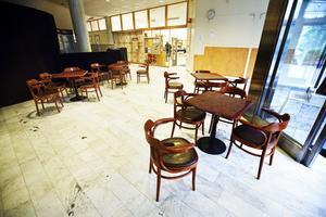 Bord och stolar som har flyttats fram i foajén skapar problem för synskadade, enligt bibliotekspersonalens hälsogrupp.Foto: Markus Dahlberg