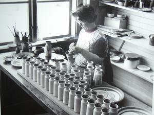 De flesta dekoratörer på Nittsjö keramik har varit kvinnor. Göta Mattson var en trotjänarna och arbetade för företaget i årtionden. Här målar hon vaser någon gång under 1960-talet.