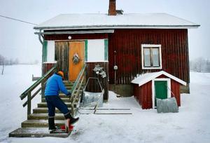 """Hugo Dahl flyttade hem till Högvålen 1995. De senaste två åren har han bott i ett hus som ligger granne med ett hus där hans mor föddes. """"Jag har dränerat om hela huset. Jag grävde för hand. De som är född i sådana här byar har fått lära sig att jobba"""" säger han."""