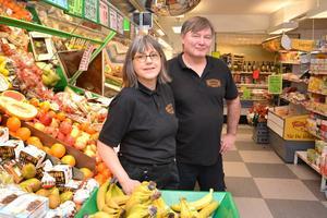 Nina Lindunger och Nicklas Östberg jobbar på Skattunge handel.