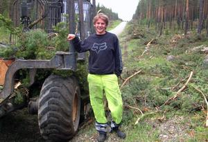 """Joel Dahlqvist, Håsjö, skogsmaskinförare hos Ansjö skogsröjningar, Kälarne, röjer skog längs hela den tre mil långa vägen mellan Kompaniet/Stugun till Skyttmon för den omfattande renoveringen av sträckan. """"Det är gott om navkapslar i skogen längs vägen"""", berättar Joel. Till alla släktforskare; Jodå, Joels pappas farbror var mycket riktigt skidåkarlegenden Alfred """"Håsjö-Dahlqvist"""". Foto: Ingvar Ericsson"""