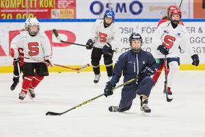 Wilma instruerar tjejerna under en av alla övningar de gör tillsammans på hockeyskolan.