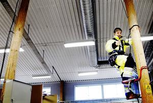 Det har blivit så trångt i lektionssalarna att plåt- och svetsverkstaden måste flytta för att göra plats för nya, större lektionssalar. Här tränar eleven John Selleskog som utbildar sig inom eldistribution på att klättra i höga elstolpar.