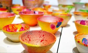 Keramiska skålar i långa rader på Pia Anliots nya utställning på Drejeriet.
