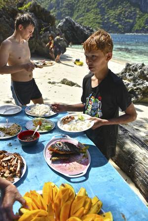 Grillad fisk serveras under lunchstoppet på Matinloc island.   Foto: Anders Pihl
