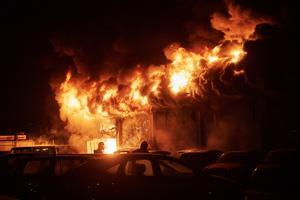 En industrilokal i Malmö brinner kraftigt. Räddningstjänsten arbetar för fullt med att släcka den fullt utvecklade branden. Ett stort område har spärrats av eftersom det finns en explosionsrisk.