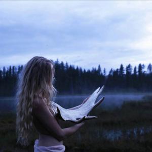 Vissa av Sofia Ekenlunds bilder blir mer fantasifulla med dimma över östjämtland och älghorn som rekvisita.